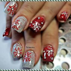 .Christmas nails #christmas #xmas #christmasnails #xmasnails #nailart #naildesign #naildesigns #nails #rednails #silvernails #snowflakes
