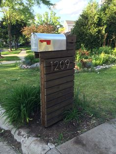Amazing modern mailbox design with silver color metal box and red flag and brown wooden post. Geronk home interior exterior designs Mailbox Makeover, Diy Mailbox, Modern Mailbox, Mailbox Ideas, Modern Front Yard, Mailbox Post, Outdoor Projects, Wood Projects, Outdoor Decor