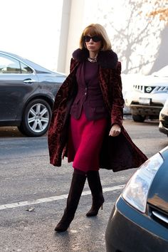 Anna Wintour on Valentine's Day! Anna Wintor, Anna Wintour Style, Ladies Who Lunch, Urban Chic, Love Her Style, Fashion Over 50, Fashion Photo, Women's Fashion, Cool Costumes