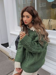 korean street fashion Does anyone have suggestions how to get my hair wavy like this Fashion Mode, Aesthetic Fashion, Look Fashion, Aesthetic Clothes, Fashion Beauty, Autumn Fashion, Korea Fashion, Fashion Trends, Teen Fashion