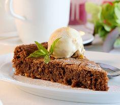 Ein Kuchen wie ein Praliné, der auch nach dem Backen innen noch köstlich feucht bleibt.