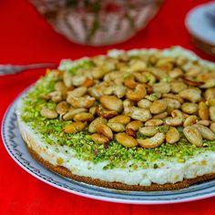Mafroukeh- Libanesisk kaka gjord på karamelliserad socker, mannagryn, toppad med ashta och rostade nötter. Ashta är en krämig pudding som finns i många libanesiska bakverk. Supergod kaka❤ Recept med steg för steg bilder hittar du i länken i min profil➡️ @zeinaskitchen Zeina, Avocado Toast, Baked Goods, Tapas, Pudding, Breakfast, Kitchen, Desserts, Food