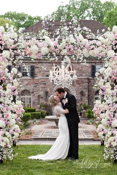 Well-designed floral arrangements will make your wedding truly unforgettable!