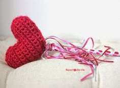 Crochet a Heart wand to go with your Valentine's Day outfit! Check out the crochet tutorial by @zimmermanzoo