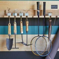 Abri de jardin : des rangements astucieux dedans et dehors   Leroy Merlin Tennis Racket, Leroy Merlin, Garden Tools, Sweet Home, Diy, Bungalow, Gardens, Chalets, Corona