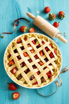Want to make a classic strawberry rhubarb pie like grandmother use to make? If so, give this recipe a try for that tangy taste that you've been craving. Fruit Recipes, Pie Recipes, Gourmet Recipes, Baking Recipes, Dessert Recipes, Recipies, Easy Strawberry Rhubarb Pie, Homemade Pie, Eat Dessert First