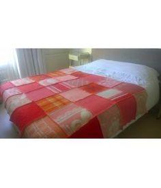 grote plaid / deken/  sprei gemaakt van retro wollen dekens in roze/ rode/ oranje kleuren, afgewerkt met neon oranje lockgaren. De afmeting van deze deken is 155-215 cm. Kan op wolwasprogramma gewassen worden. De prijs is inclusief verzendkosten