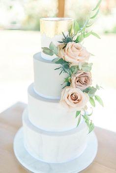 Elegant Wedding Cake With Fresh Roses & Gold Foil Top Layer | Sarah-Jane Ethan Photography #weddingcakes