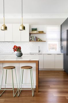 Kitchens that get pendant lights right. Photography by Thomas Dalhoff. Kitchen by Brett Mickhan  (bmid.com.au).