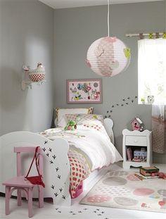 empreintes sur le sol, cadre lit, mur...