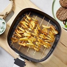 air fryer recipes: Als dit aardappel recept van CêlaVíta zo lekker sm. Great Recipes, Favorite Recipes, Good Food, Yummy Food, Food Picks, Air Fryer Recipes, High Tea, Easy Meals, Food Porn