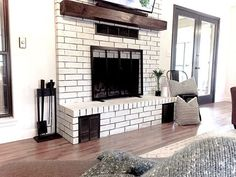 Latest Free of Charge Brick Fireplace living room Ideas Often it gives for you to omit the particular redesign! Instead of pulling out a great aged brick fireplace , save money Farmhouse Dining Room Table, Farmhouse Fireplace, Diy Fireplace, Living Room With Fireplace, Fireplace Design, Fireplace Update, Farmhouse Windows, Farmhouse Plans, Living Room White