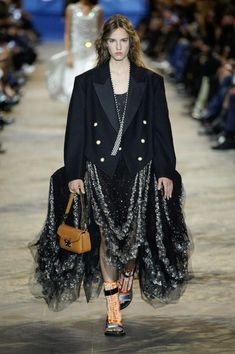 Louis Vuitton Spring Summer 2022 by RUNWAY MAGAZINE. Read review and see ALL LOOKS here. Star Fashion, Fashion Photo, New Fashion, Runway Fashion, Paris Fashion, Womens Fashion, Runway Magazine, Capsule Outfits, Fashion Show Collection