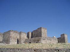 Vista de la fachada principal del castillo de Trujillo. (Cáceres)