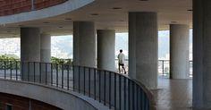 Morador do Pedregulho caminha entre pilotis no pátio --como é conhecido o pavimento intermediário do prédio. Do espaço, é possível ter uma visão panorâmica de grande parte da zona norte do Rio de Janeiro