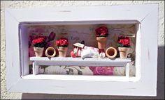 Quadro cenário jardim, em moldura de mdf, pintura branca,  banco rústico feito a mão com madeira de demolição e mi  ni vasinhos com florzinhas importadas, e plaquinhas com  desejos de saudações!  Item que levará beleza encanto a sua decoração!  * Produto 100% artesanal sujeito a pequenas variações*