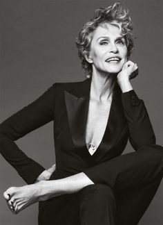 Another pinner: Lauren Hutton, sure when this pic was taken. If you don't know who she is, look her up. She has always been a beautiful woman and I love the gap between her front teeth! Lauren Hutton, Top Models, Estelle Lefébure, Foto Portrait, Beautiful Old Woman, Natalia Vodianova, Ageless Beauty, Iconic Beauty, Advanced Style