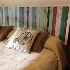 Respaldos de cama en tablitas de madera, estilo rústico