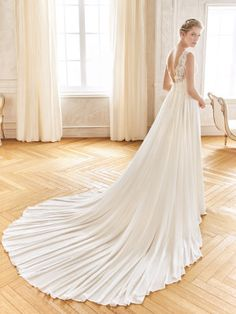 Wedding dress crafted in tulle with an evasé silhouette and V neck Photo 3 Grace Loves Lace, Happy Brautmoden, Wedding Dress Crafts, Wedding Gowns, Pronovias Dresses, San Patrick, Tulle, Weeding Dress, Rosa Clara