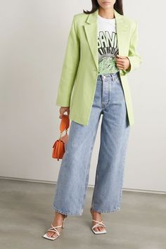 Denim Claro, Look Fashion, Fashion Outfits, Foto Casual, Sweater Layering, Matches Fashion, Dressy Tops, Light Denim, Wide Leg Jeans