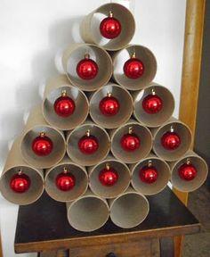 Tubos de papel...bolitas rojas navideñas...y: ÁRBOL DE NAVIDAD FANTÁSTICO!