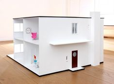 The dollhouse is an identical copy of Arne Jacobsens own villa on Gotfred Rodes Vej 2 in Charlottenlund, format 1:16.