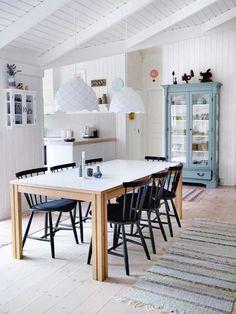 9 gode grunde til at få et vitrineskab Kitchen Dinning, Kitchen Decor, Summer House Interiors, Swedish Decor, Interior Decorating, Interior Design, Wooden House, Home Kitchens, Interior And Exterior
