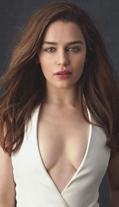 The Queen of Meereen, Queen of the Andals, and The Khaleesi is here at Brosome. See more of the hot Mother of Dragons, Emilia Clarke, today. Beautiful Celebrities, Beautiful Actresses, Gorgeous Women, Beautiful People, Emilia Clarke Sexy, Emelia Clarke, Icon Girl, Mother Of Dragons, Beautiful Curves