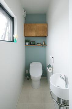 トイレ/野洲市 O様邸 | 滋賀で設計士とつくる注文住宅 ルポハウス Wood Interior Design, Interior Walls, Bathroom Interior, Modern Bathroom, Small Bathroom, Wc Design, Toilet Design, Toilet Tank Cover, Toilet Closet