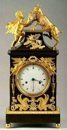 Reloj magnifico dorado y negro, figurativo de la chimenea
