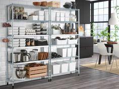 Két galvanizált polcos elem egy fehér fal mellett, sötétszürke konyhával.