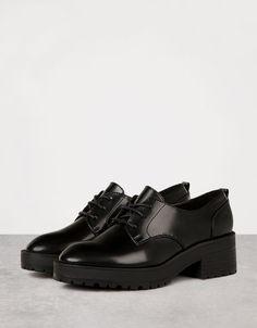 Sapato calçado sola grossa com cordões. Descubra esta e muitas outras roupas na Bershka com novos artigos cada semana