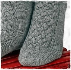 Suvikumpu: Suvikummun PunosPolviSukat Crochet Socks, Knit Or Crochet, Knitting Socks, Hand Knitting, Knit Socks, Slipper Socks, Slippers, Yarn Crafts, Knitting Projects