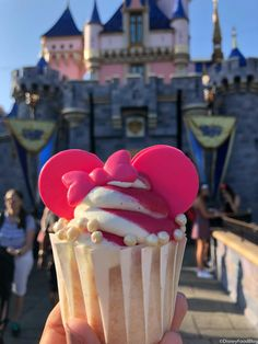 All-new Imagination Pink treats have made their way to Jolly Holiday Bakery Cafe in Disneyland. Comida Disneyland, Best Disneyland Food, Disneyland Paris, Disney Themed Food, Disney Inspired Food, Disney Desserts, Disney Snacks, Disney Drinks, Disney Cupcakes