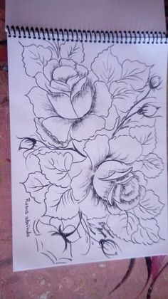 Flower Art Drawing, Flower Sketches, Embroidery Flowers Pattern, Hand Embroidery Designs, Acrylic Painting Flowers, Fabric Painting, Pencil Art Drawings, Art Drawings Sketches, Fabric Paint Designs