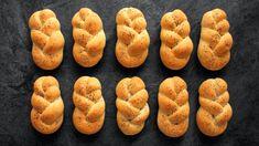 Chcete se naučit péct klasické české housky, ale ze špaldové mouky? Krásně zlaté, vykřupané a s chutí a vůní pšenice špaldy? Žádný problém! Pojďte se podívat na video. Rozpis surovin najdete na konci. Onion Rings, Bagel, Bread, Baking, Ethnic Recipes, Food, Scrappy Quilts, Brot, Bakken