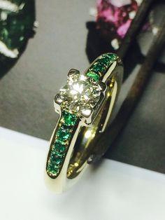 Anello in oro giallo con diamante e smeraldi