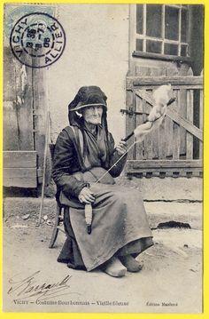 VICHY COSTUME BOURBONNAIS Vieille FILEUSE. France 1905