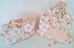 Kit composto pelo saco porta lingerie grande medindo 45 cm (A) x 40 cm (C) e a necessaire charmosa estilo valise medindo 28 cm (C) x 17 cm (A) x 12 cm (L).