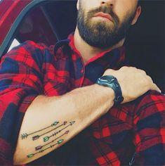 Homme avec plusieurs dessins de flèches sur l'avant bras en couleur