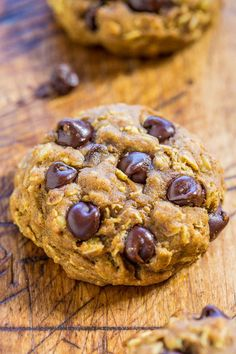 Recently I made Soft and Chewy Pumpkin Chocolate Chip Cookies. They were so good that I remade them and incorporated oats. I love oatmeal cookies so much. Sometimes even more than chocolate chip cook Pumpkin Cookie Recipe, Pumpkin Chocolate Chip Cookies, Chocolate Chip Oatmeal, Fall Cookie Recipes, Pumpkin Recipes, Dessert Recipes, Pumpkin Pumpkin, Fall Desserts, Pumpkin Spice