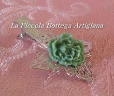 Pinzetta per capelli in metallo argentato con filigrana a fiore a quattro petali con fiore in resina verde