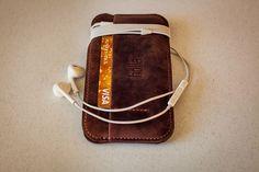 Hnědé pouzdro na mobilní telefon iPhone z pravé kůže. Ručně vyrobené kožené pouzdro na iPhone s použitím strojního šití. Možnost vlastního loga či nápisu.