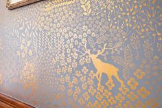 Hand painted walls by Ava Roth on Design Sponge. A wallpaper with gold accents can be extra lovely. Stencil, Wall Murals, Wall Art, Hand Painted Walls, Hand Painted Wallpaper, Tadelakt, Style Deco, Gold Walls, Glitter Walls