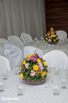 Foto por Dimensão Fotografia ❤ Lorrane & Odirlei em Vila Velha/ES. Decoração de casamento clássica + Amarelo e magenta, arranjos de mesa   Classic wedding + Yellow and magenta, centerpieces
