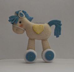 Cavalinho em feltro nas cores bege e azul para aplicação em guirlanda