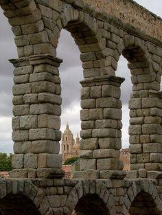 Vista de la catedral a través de los arcos del acueducto romano de Segovia , España