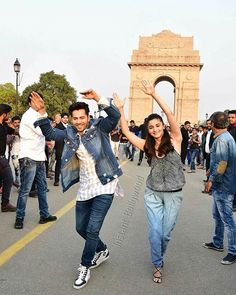 """Varun & Alia dance at the India Gate! Bollywood Photos, Bollywood Stars, Bollywood Celebrities, Beautiful Bollywood Actress, Beautiful Actresses, Alia Bhatt Varun Dhawan, Alia Bhatt Cute, Dance Gear, India Gate"