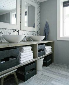 Leuk badkamermeubel van stijgerhout. Ben niet weg van de tegels op de muur.