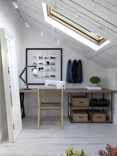 Na górze, na poddaszu zorganizowano przytulny domową pracownię. Przetarte drewno na skośnym suficie dodajewnętrzu...